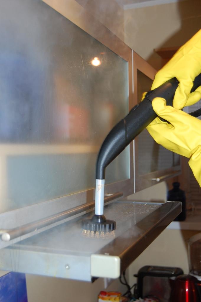 Pliidikubu korpuse puhastamine aurupuhastajaga